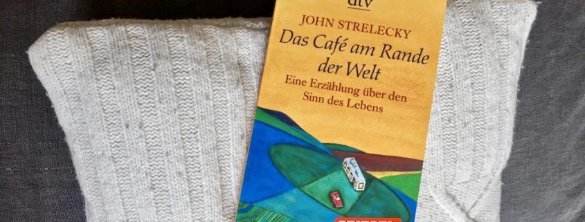 """Buchcover von """"Das Café am Rande der Welt"""" von John Strelecky."""