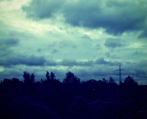 Sturmzerzauste Wolken in der Dämmerung